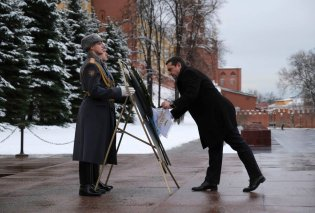 Ο Αλέξης Τσίπρας κατέθεσε στεφάνι στη Μόσχα - Η στρατιωτική μπάντα έπαιζε τραγούδι της Μαρινέλλας (Φωτό & Βίντεο) - Κυρίως Φωτογραφία - Gallery - Video
