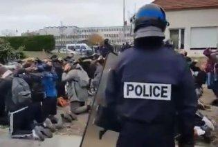 Πρωτοφανές σκηνικό στη Γαλλία: Αστυνομικοί γονατίζουν τους μαθητές, τα χέρια δεμένα στις πλάτες για σύλληψη - Κυρίως Φωτογραφία - Gallery - Video