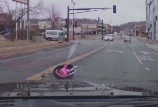 Βίντεο: Δείτε την ανατριχιαστική στιγμή που ένα μωρό πετάγεται έξω από κινούμενο αυτοκίνητο και πέφτει στην μέση του δρόμου - Κυρίως Φωτογραφία - Gallery - Video