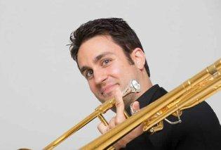 Αχιλλέας Λιαρμακόπουλος: Το αστέρι της μουσικής, τρομπονίστας των Pink Martini, μέλος των Canadian Brass & λάτρης της Celia Cruz - Κυρίως Φωτογραφία - Gallery - Video