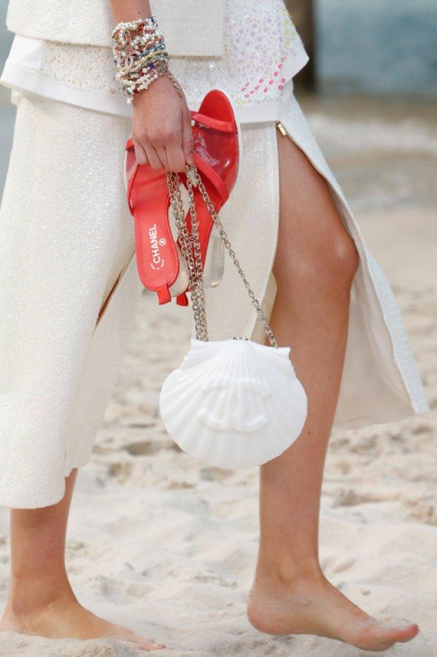 e206ed584b 8 απίθανες ιδέες για τσάντες παραλίας από το σόου του Οίκου Chanel - Με  σχήμα κοχυλιού ή μπαλόνι - Φώτο