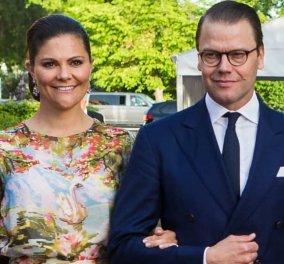 Επανεμφάνιση της διαδόχου του θρόνου της Σουηδίας, πριγκίπισσας Victoria - Μπλε floral φουστάνι & ασορτί γραβάτα για τον σύζυγο (φωτό) - Κυρίως Φωτογραφία - Gallery - Video