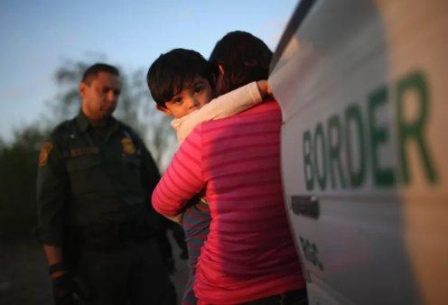 Το βίντεο με τα κλάμματα των παιδιών ενώ αποχωρίζονται τους γονείς τους στην Αμερική στοιχειώνουν τον πλανήτη - Κυρίως Φωτογραφία - Gallery - Video