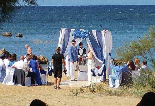 Χανιά: Ζευγάρι ξένων παντρεύτηκαν πάνω στην αμμουδιά αφού έστησαν παραμυθένιο σκηνικό (ΦΩΤΟ - ΒΙΝΤΕΟ) - Κυρίως Φωτογραφία - Gallery - Video