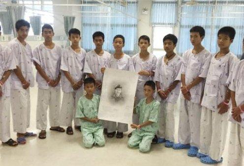 Ταϊλάνδη: Εξιτήριο με ωραίες συγκινητικές εικόνες για τα 12 παιδιά και τον προπονητή τους (Φωτό & Βίντεο) - Κυρίως Φωτογραφία - Gallery - Video
