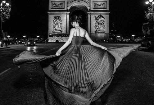 Ένας Έλληνας φωτογραφίζει μια αιθέρια ύπαρξη στο Champs Elysees - Ο Κοσμάς Κουμιανός και το κλικ που καταπλήσσει - Κυρίως Φωτογραφία - Gallery - Video