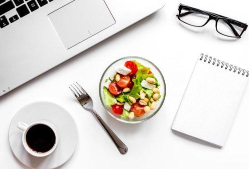 Πώς να τρώτε υγιεινά και σωστά στον χώρο εργασίας σας - Τι να προτιμάτε για σνακ ή κυρίως γεύμα  - Κυρίως Φωτογραφία - Gallery - Video