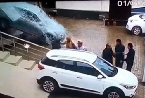 Βίντεο: Νεαρή πάτησε γκάζι μέσα σε έκθεση αυτοκινήτων & έγινε γης μαδιάμ - Πόσα θα πληρώσει; - Κυρίως Φωτογραφία - Gallery - Video