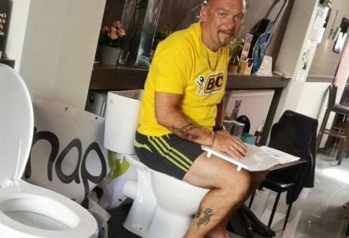 Ο βλάκας της ημέρας (φωτό & βίντεο): 48χρονος Βέλγος έμεινε 5 ημέρες καθισμένος σε λεκάνη τουλέτας για να σπάσει ανύπαρκτο ρεκόρ - Κυρίως Φωτογραφία - Gallery - Video
