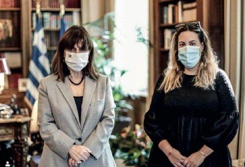 """Τα """"Made in Greece"""" brands στο κλίμα της ημέρας: Ο argalios, η Αντωνία Καρρά , η Mary Katrantzou με τα μαντήλια -δώρο στους επισήμους (φώτο) - Κυρίως Φωτογραφία - Gallery - Video"""
