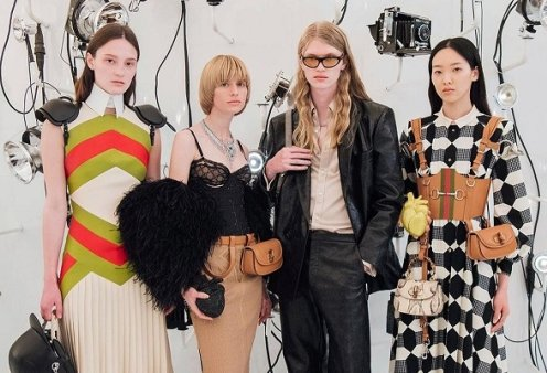 Ο Gucci γιόρτασε 100 χρόνια με νέα συλλογή: Οι ιδιαίτερες ζώνες, οι τσάντες, τα κοστούμια, τα φουστάνια - Δείτε το show (φωτό & βίντεο) - Κυρίως Φωτογραφία - Gallery - Video