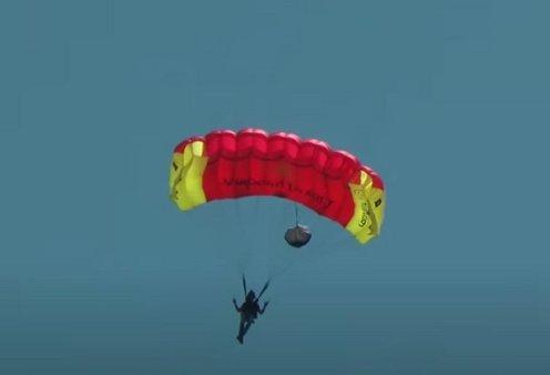 Πρόταση γάμου με αλεξίπτωτο στην  Τέλενδο: Βίντεο η έκπληξη αθλητή του Base Jump στην καλή του - προσγειώθηκε, γονάτισε & της έδωσε το δαχτυλίδι - Κυρίως Φωτογραφία - Gallery - Video
