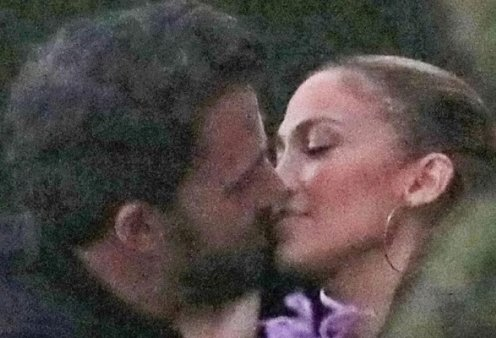 Βροχηηη ή μάλλον ήλιος με φιλιά Λόπεζ - Άφλεκ: Γιορτάζουν με συγγενείς αλλά φιλιούνται μπροστά σε όλους, σαν ερωτευμένοι πιγκουίνοι (βίντεο) - Κυρίως Φωτογραφία - Gallery - Video