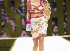 Η νέα κολεξιόν της Moschino - ωδή στα 90ς: Παιχνιδιάρικη διάθεση, παστέλ & outfits με επιρροή από την θρυλική «Νταντά» (φωτό & βίντεο) - Κυρίως Φωτογραφία - Gallery - Video 25
