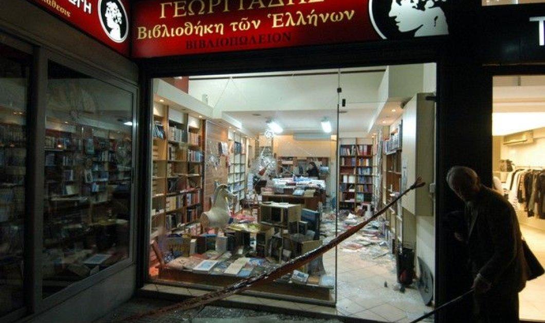Επίθεση με γκαζάκια στο βιβλιοπωλείο του Άδωνι Γεωργιάδη! - Κυρίως Φωτογραφία - Gallery - Video