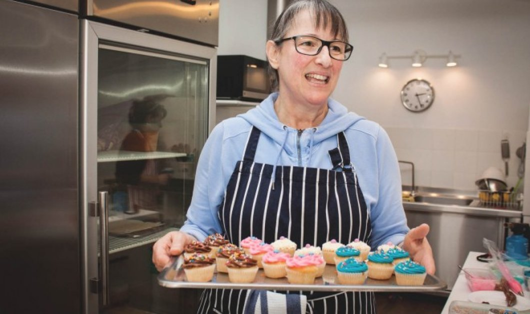 Τοpwoman η κυρία Ιωάννα - φτιάχνει τα πιο νόστιμα γλυκά στην Αθήνα - Σπεσιαλιτέ της τα κέικ, η pavlova & τα μπισκότα! - Κυρίως Φωτογραφία - Gallery - Video