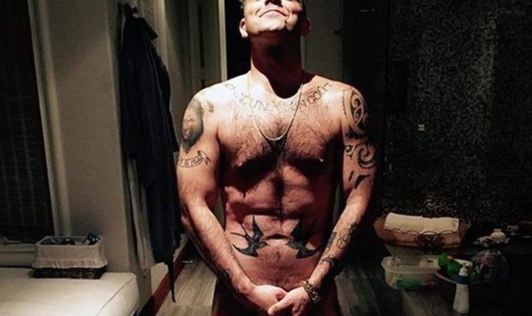 O Robbie Williams όπως δεν τον έχετε δει ποτέ: Ημίγυμνος καμαρώνει για το σώμα-φέτες & τα tattoo του! (φωτό) - Κυρίως Φωτογραφία - Gallery - Video
