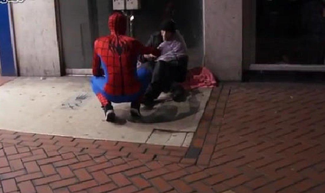 Βίντεο: Το μυστήριο με τον Spiderman που μοιράζει τρόφιμα σε άστεγους στους δρόμους του Μπέρμπιγχαμ! - Κυρίως Φωτογραφία - Gallery - Video