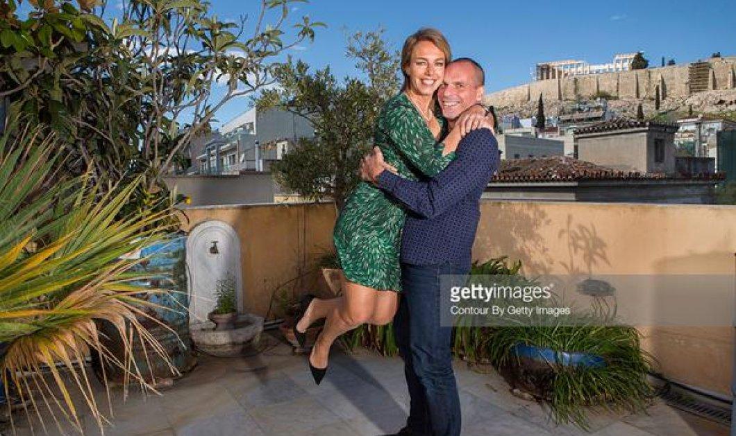 Γιάνης Βαρουφάκης & Δανάη Στράτου ποζάρουν για το Paris Match: Την πήρε αγκαλιά & την σήκωσε ψηλά! (φωτό) - Κυρίως Φωτογραφία - Gallery - Video