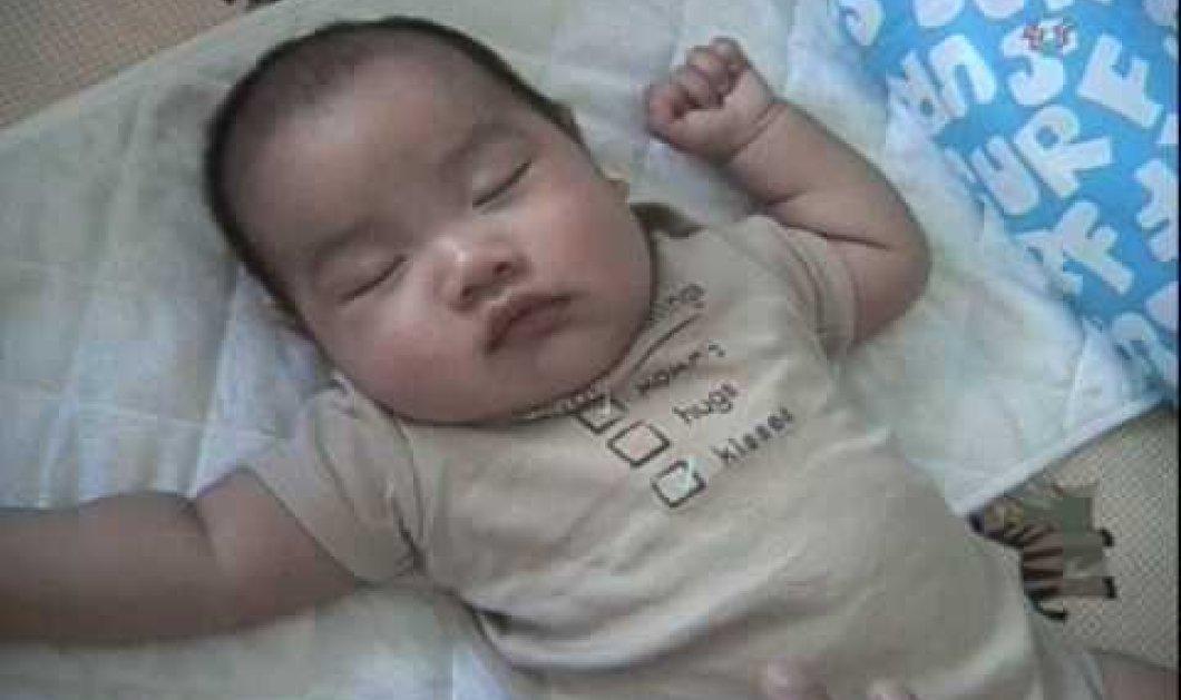 Μπαμπάς για υιοθεσία: δείτε πως καταφέρνει να κοιμήσει το μωρό σε 1 λεπτό - θέλει φαντασία!  - Κυρίως Φωτογραφία - Gallery - Video