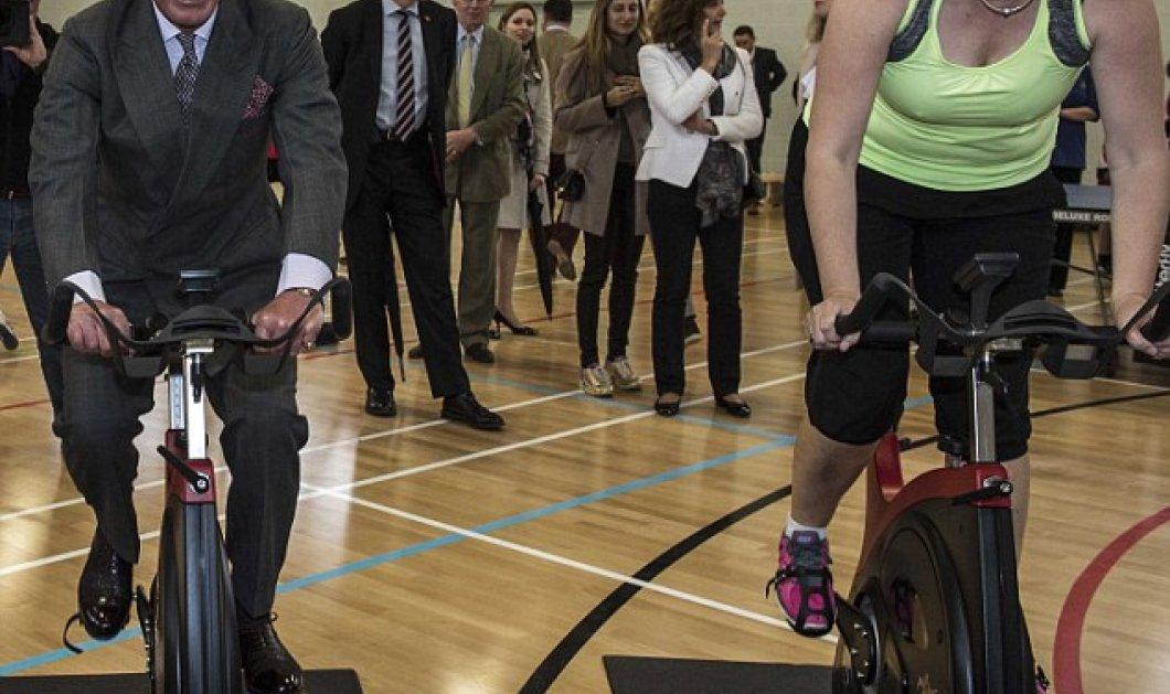 Smile: Ξέφρενο πεντάλ του Πρίγκηπα Κάρολου που ανέβηκε σε στατικό ποδήλατο με το κουστούμι του (Βίντεο) - Κυρίως Φωτογραφία - Gallery - Video