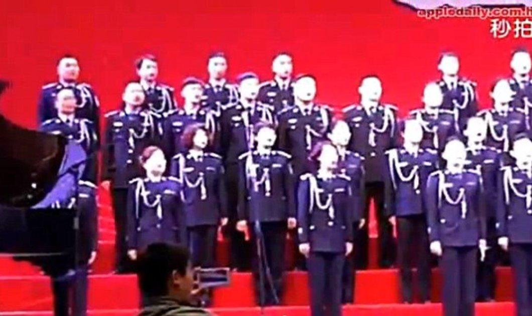 """Φοβερό βίντεο: Κατέρρευσε η σκηνή """"καταπίνοντας"""" τα 80 μέλη της χορωδίας που έκαναν πρόβα - Κυρίως Φωτογραφία - Gallery - Video"""