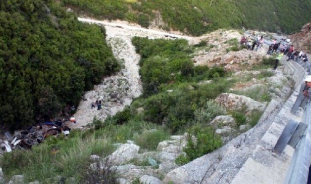 Δύο άνδρες έπεσαν με αυτοκίνητο σε χαράδρα 100 μέτρων και σκοτώθηκαν - Κυρίως Φωτογραφία - Gallery - Video