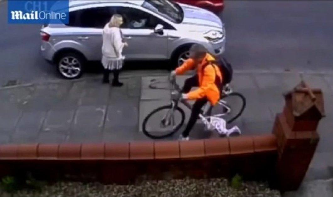 Απίστευτο βίντεο: Ποδηλάτης χτύπησε και έσερνε 3χρονη για 3,5 μέτρα   - Κυρίως Φωτογραφία - Gallery - Video