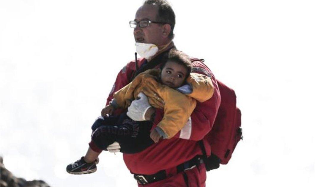 Καρέ καρέ η δραματική αποβίβαση 700 μεταναστών στην Ιεράπετρα από το πλοίο ''Μπάρις'' (Φωτό) - Κυρίως Φωτογραφία - Gallery - Video