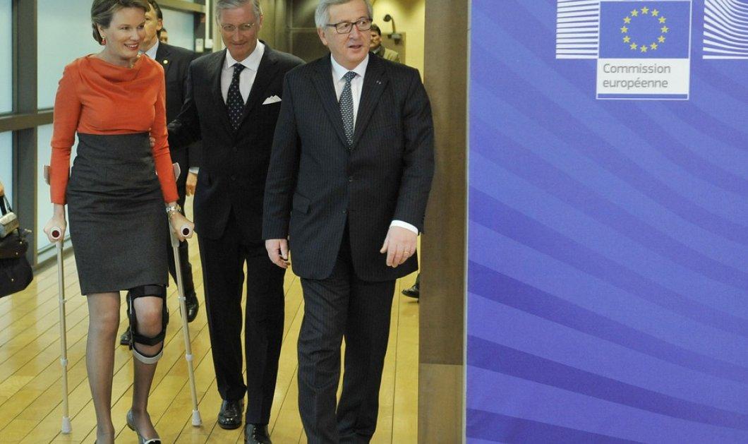 Αμά είσαι Βασίλισσα... Η Ματθίλδη του Βελγίου με πατερίτσες αλλά και άψογο στυλ επισκέπτεται το Ευρωπαϊκό Κοινοβούλιο! (Φωτό) - Κυρίως Φωτογραφία - Gallery - Video