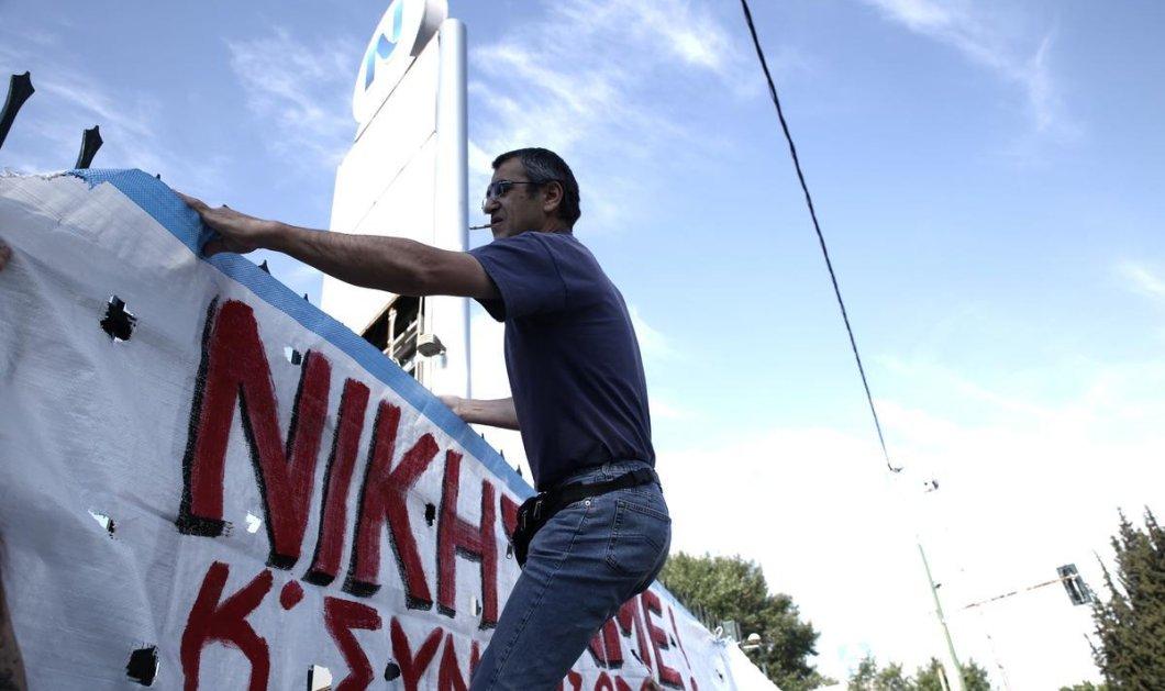 Αγκαλιές, κλάμματα και ελληνικές σημαίες από τους πρώην εργαζόμενους της ΕΡΤ  - Κυρίως Φωτογραφία - Gallery - Video