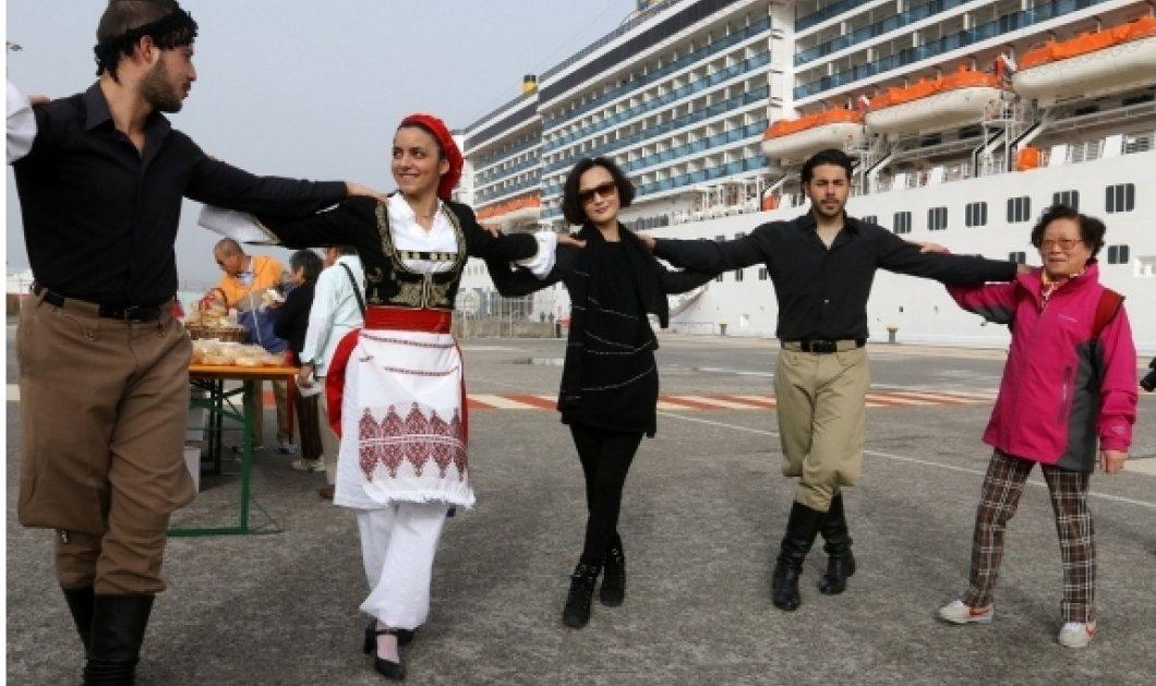 Good News: Υπέροχες Κρητικοπούλες υποδέχθηκαν χιλιάδες Κινέζους που έφτασαν στο Ηράκλειο: Ρακιές & πεντοζάλη (φωτό) - Κυρίως Φωτογραφία - Gallery - Video