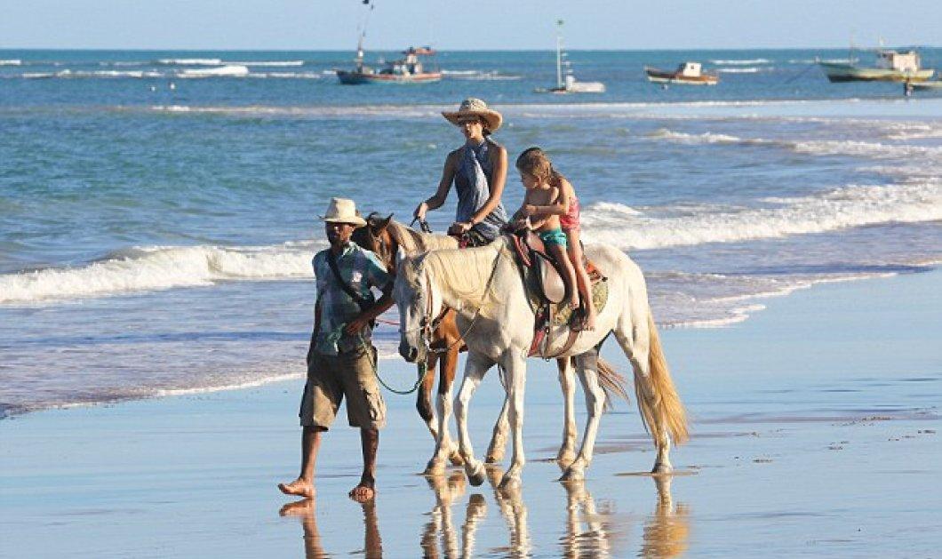 Η εντυπωσιακή Αλεσάντρα Αμπρόσιο: ''Ξεχειμωνιάζει'' καλπάζοντας στην αμουδιά πάνω στο άλογο της και κολυμπώντας με τα μικρά της! (φωτό)   - Κυρίως Φωτογραφία - Gallery - Video