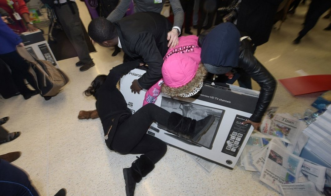 Πανδαιμόνιο στο Λονδίνο με την Black Friday των εκπτώσεων: Φωτό για πολύ γέλιο από το «πατείς με, πατώ σε» στα μαγαζιά! - Κυρίως Φωτογραφία - Gallery - Video