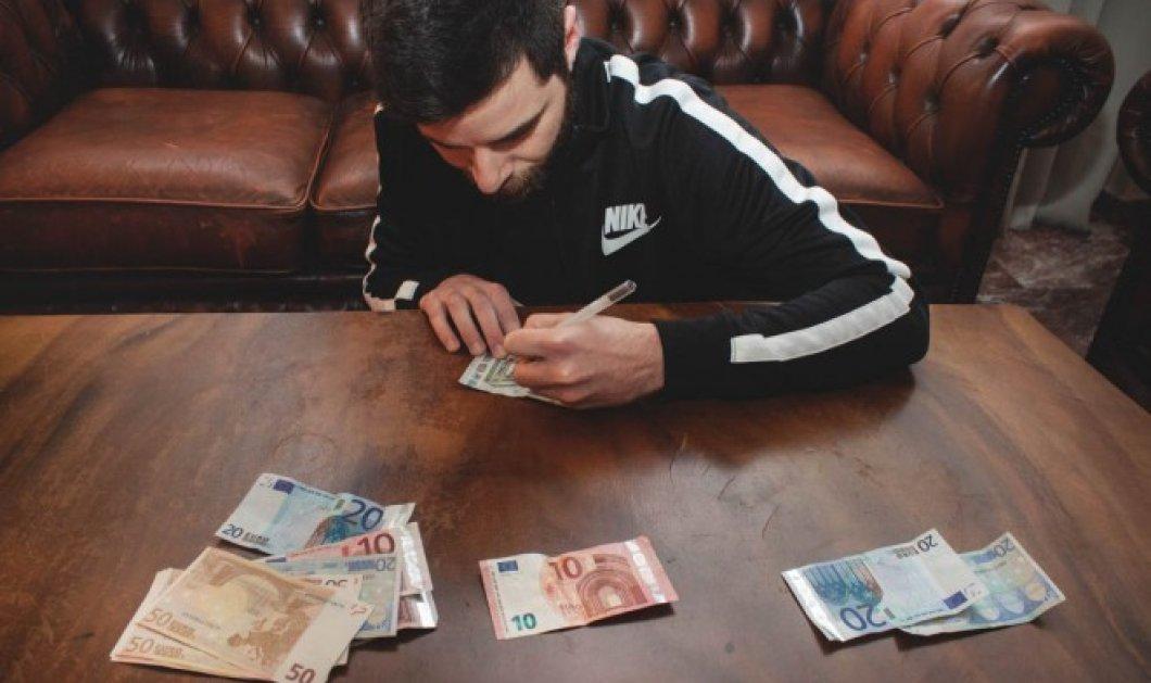Εσάς, σας πάει καρδιά; Ο Στέφανος Ανδρεάδης κάνει τα χαρτονομίσματα καμβά για την τέχνη του και μετά τα… ξοδεύει! (φωτό) - Κυρίως Φωτογραφία - Gallery - Video