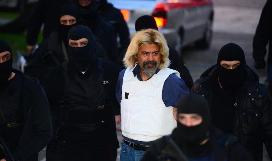 Κουκουλοφόροι εισέβαλαν στη Νομική - Κρατούν ρόπαλα, πυροσβεστήρες & ζητούν να απελευθερωθεί ο Χ. Ξηρός! - Κυρίως Φωτογραφία - Gallery - Video