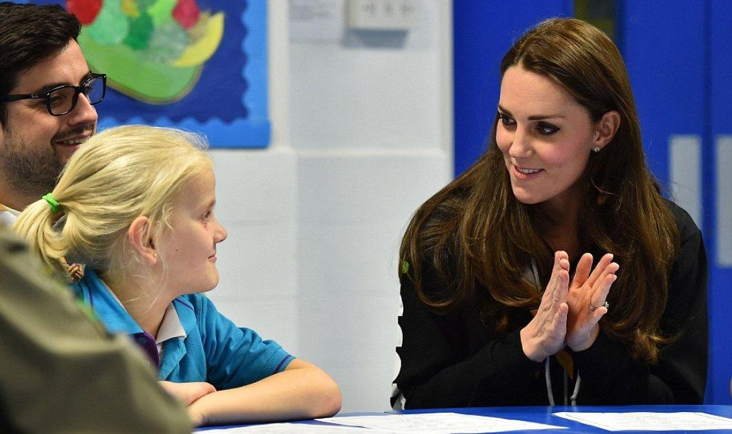 Η Πριγκήπισσα Kate με φόρμα & J Brand τζην παίζει κρυφτούλι με τα λυκόπουλα & τα προσκοπάκια - γέλια & γιορτινές χαρές! - Κυρίως Φωτογραφία - Gallery - Video
