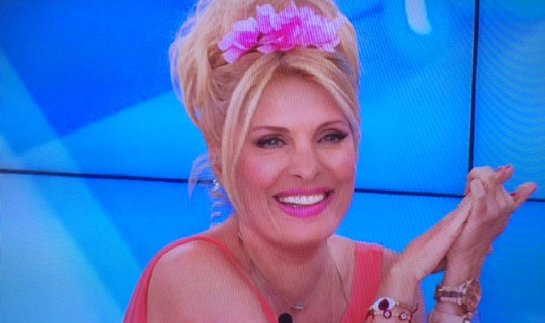 «Αλίκη Βουγιουκλάκη» σήμερα η Ελένη Μενεγάκη με λουλούδι στα ξανθά χρυσά μαλλιά! Απίστευτη ομοιότητα!  - Κυρίως Φωτογραφία - Gallery - Video