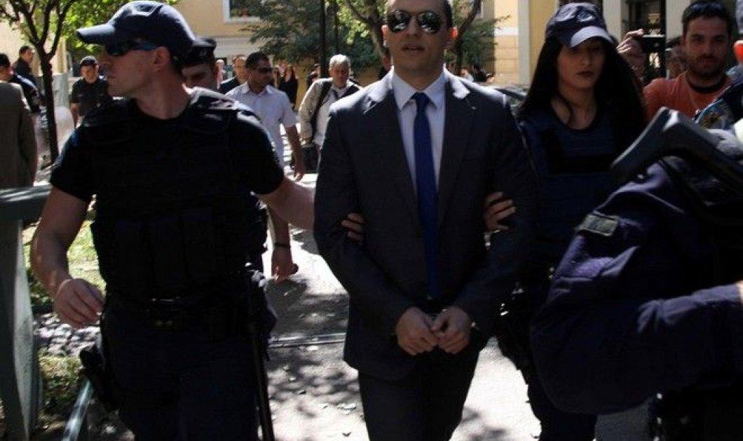 Ενώπιον του ανακριτή κατά της Διαφθοράς ο προφυλακισμένος βουλευτής της Χ.Α. Ηλίας Κασιδιάρης - Κυρίως Φωτογραφία - Gallery - Video