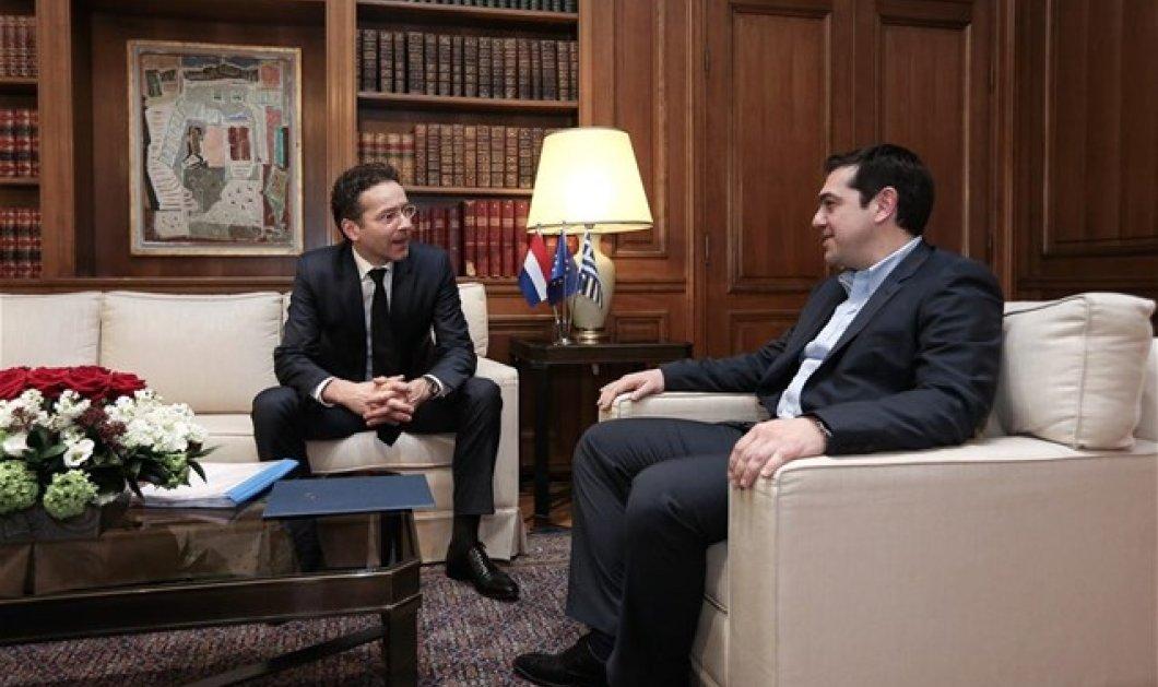 Μισή ώρα διήρκεσε η συνάντηση Τσίπρα-Ντάισελμπλουμ - Ο πρόεδρος του Eurogroup συνεχίζει τον «μαραθώνιο» των συναντήσεών του με τον Γ. Βαρουφάκη - Κυρίως Φωτογραφία - Gallery - Video