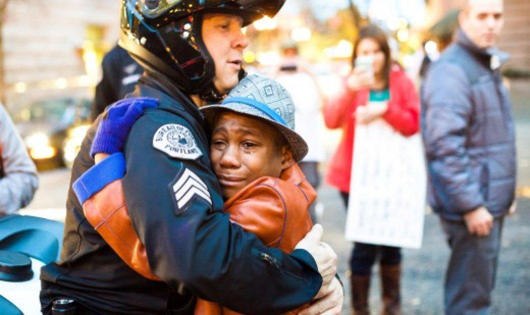 Story: Η απίστευτη ιστορία πίσω από την αγκαλιά του έγχρωμου 12χρονου με τον λευκό αστυφύλακα στις διαδηλώσεις των ΗΠΑ που συγκλόνισε τον κόσμο - Κυρίως Φωτογραφία - Gallery - Video