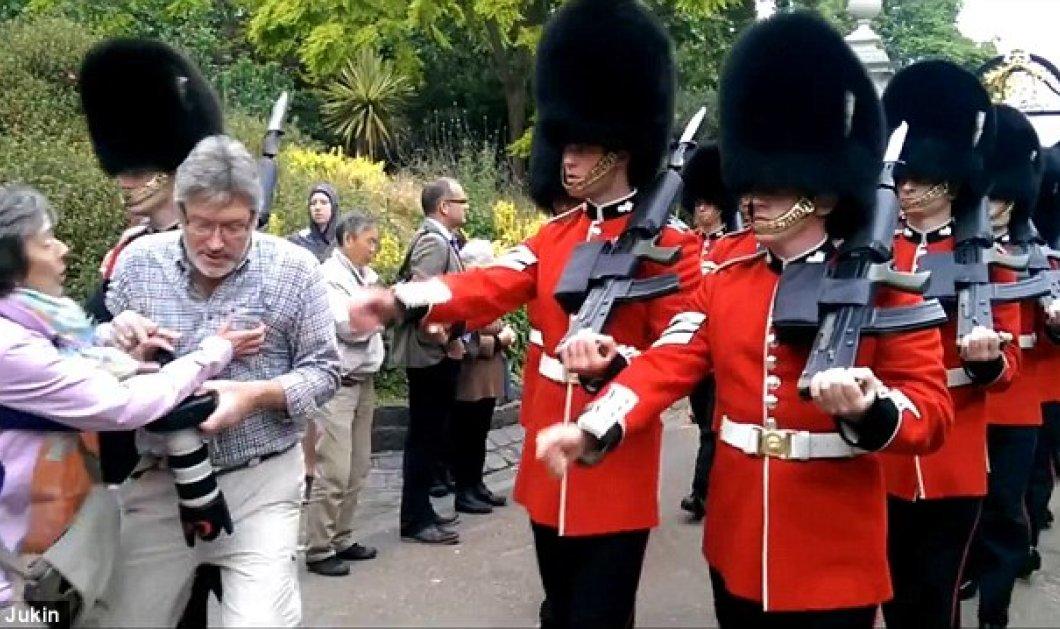 Smile video: Όταν ένας τουρίστας μπλέχτηκε κατά λάθος στην φρουρά της Βασίλισσας - Κυρίως Φωτογραφία - Gallery - Video