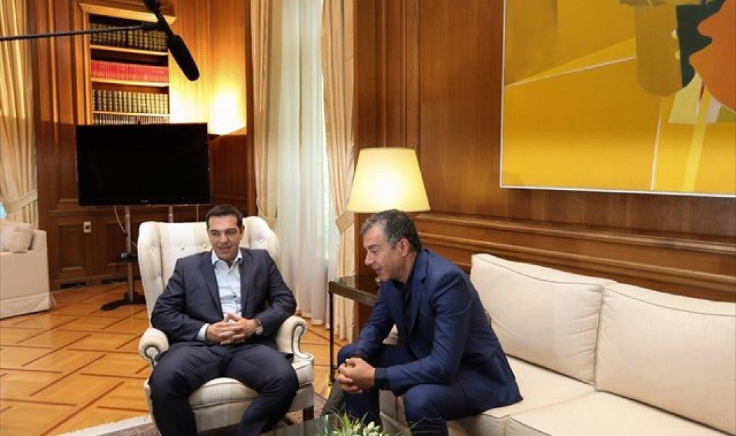 Τσίπρας - Στ. Θεοδωράκης: ''Να κλείσει ο φαύλος κύκλος, να υπογράψουμε συμφωνία που δεν θα μας φέρει στα ίδια σε 6 μήνες'' - Κυρίως Φωτογραφία - Gallery - Video