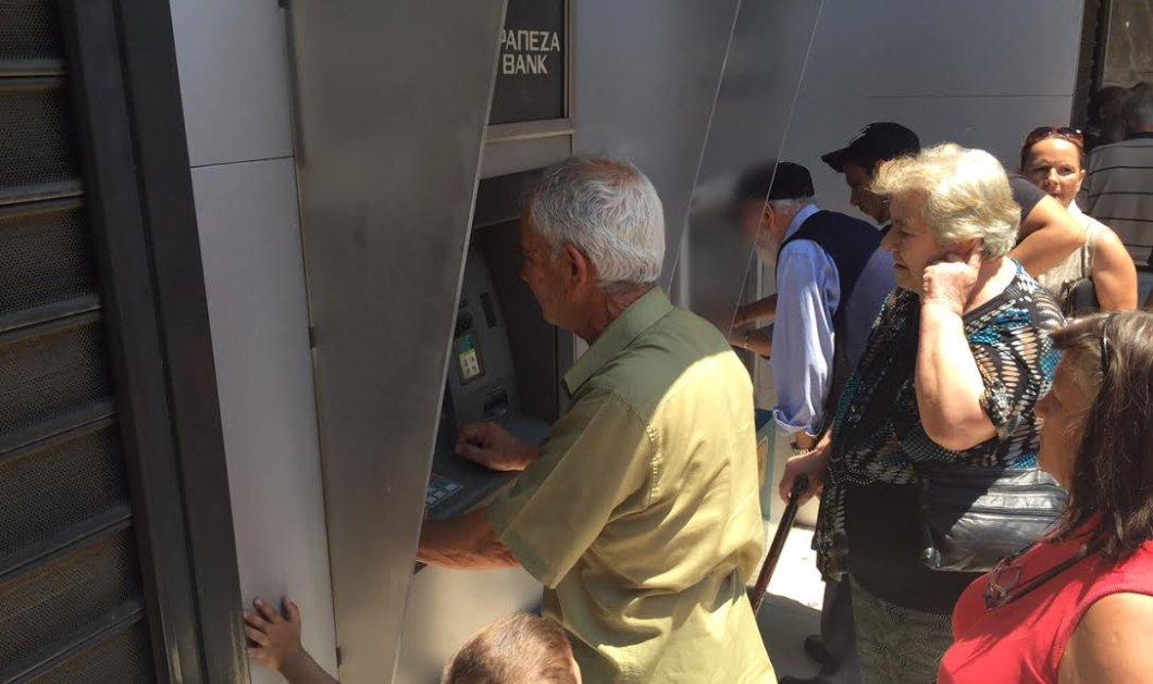Συν γυναιξί και τέκνοις, ο παππούς με την μαγκούρα – Όλοι όρθιοι στο ΑΤΜ - Κυρίως Φωτογραφία - Gallery - Video