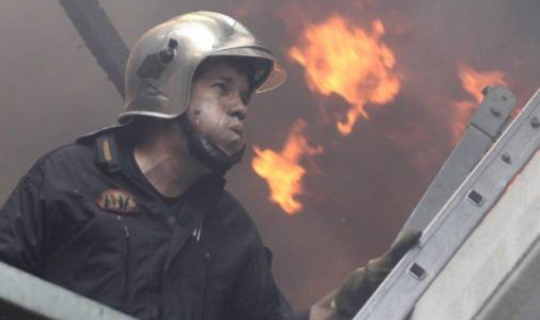 O ήρωας της ημέρας: Η φωτογραφία του Έλληνα πυροσβέστη που προκαλεί ρίγη   - Κυρίως Φωτογραφία - Gallery - Video