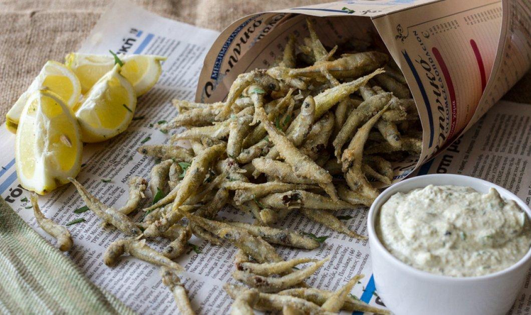 Ο Άκης Πετρετζίκης μας προτείνει μια συνταγή που ''μυρίζει'' καλοκαίρι - Αθερίνα τηγανητή με σάλτσα ταρτάρ - Κυρίως Φωτογραφία - Gallery - Video