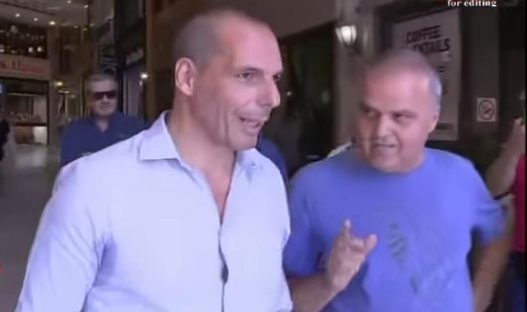 Βίντεο: «Μας γονατίσετε κύριε Βαρουφάκη»! Ο έντονος διάλογος του τέως ΥΠΟΙΚ με πολίτη - Κυρίως Φωτογραφία - Gallery - Video