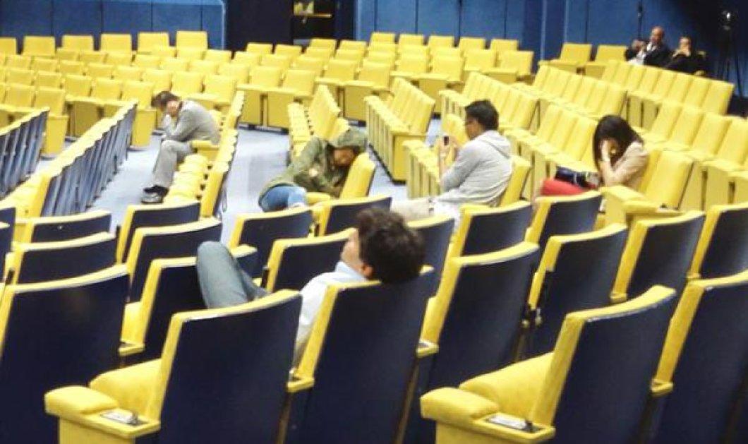 Όταν τα βλέφαρα των δημοσιογράφων βάρυναν έξω από την Σύνοδο Κορυφής (Φωτό) - Κυρίως Φωτογραφία - Gallery - Video