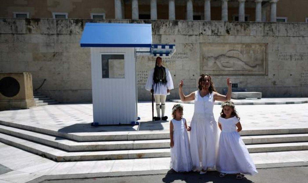 Και ξαφνικά, μια νύφη ποζάρει στο Σύνταγμα με τα παρανυφάκια της!  - Κυρίως Φωτογραφία - Gallery - Video