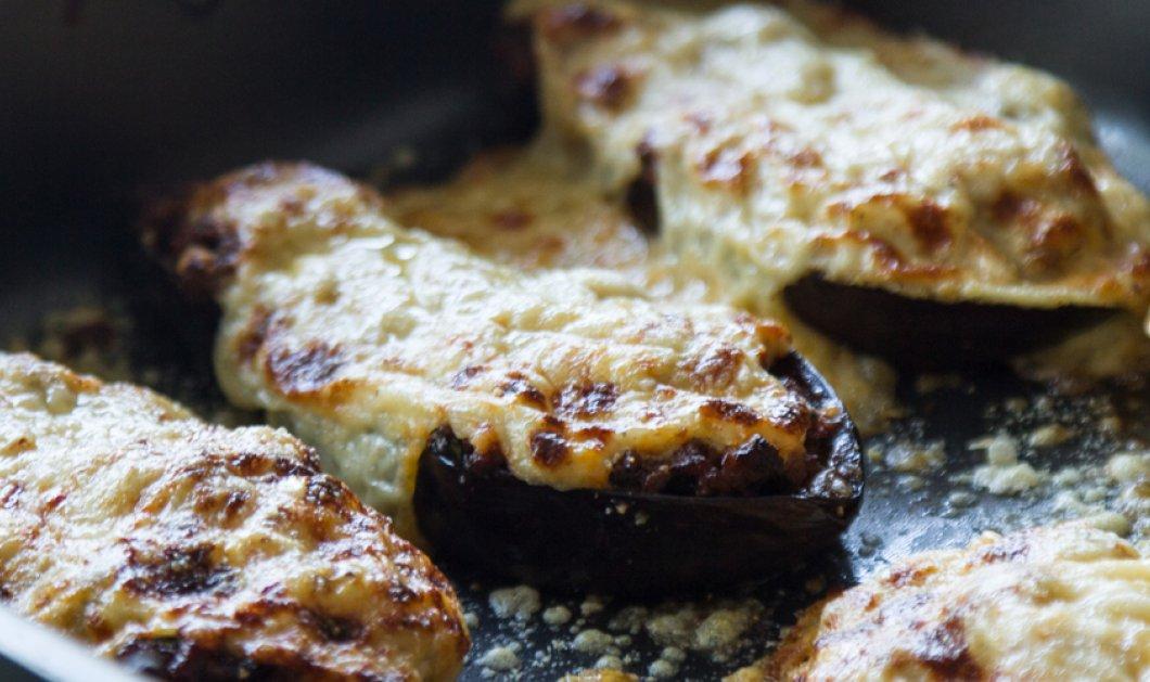 Ο Άκης Πετρετζίκης σε μια συγκλονιστική συνταγή - Μελιτζάνες παπουτσάκια  - Κυρίως Φωτογραφία - Gallery - Video